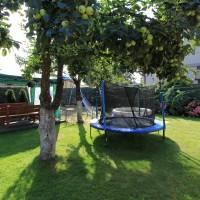Trampolina i prac zabaw dla dzieci w ogrodzie